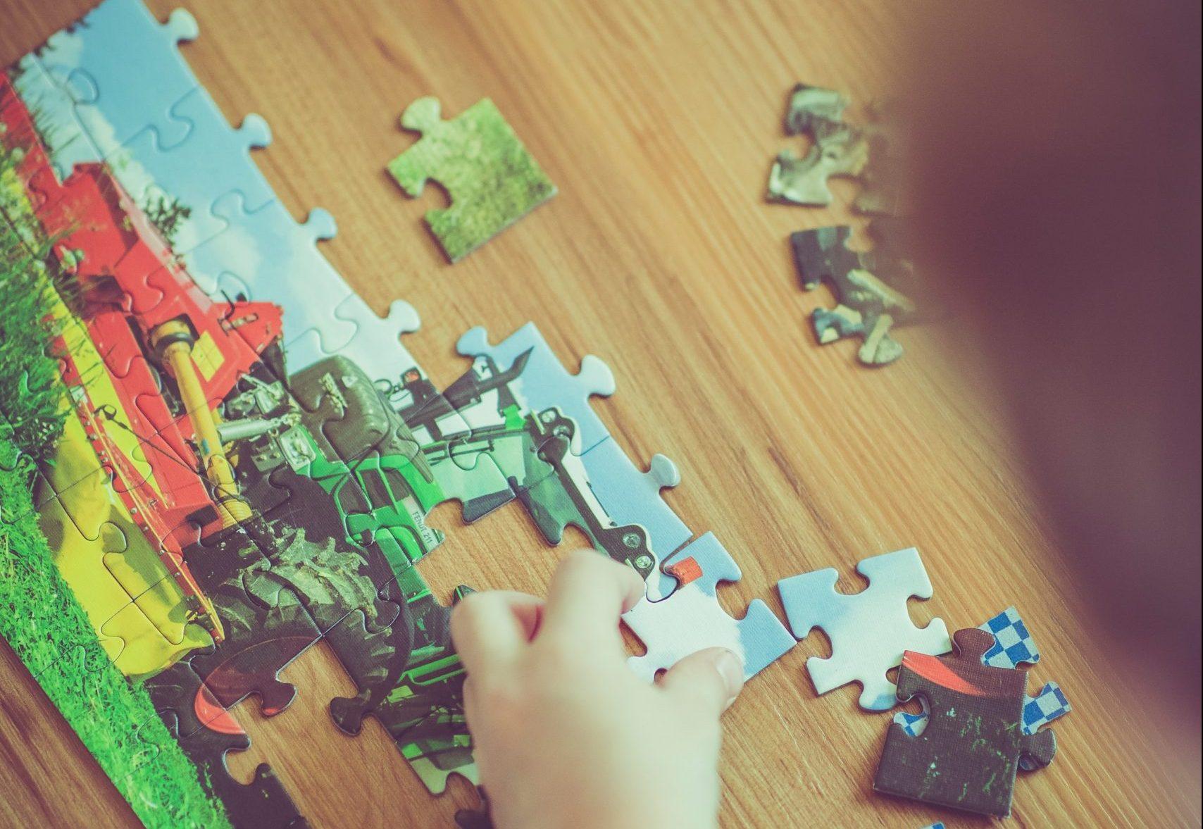 persona intenta a costruire un puzzle