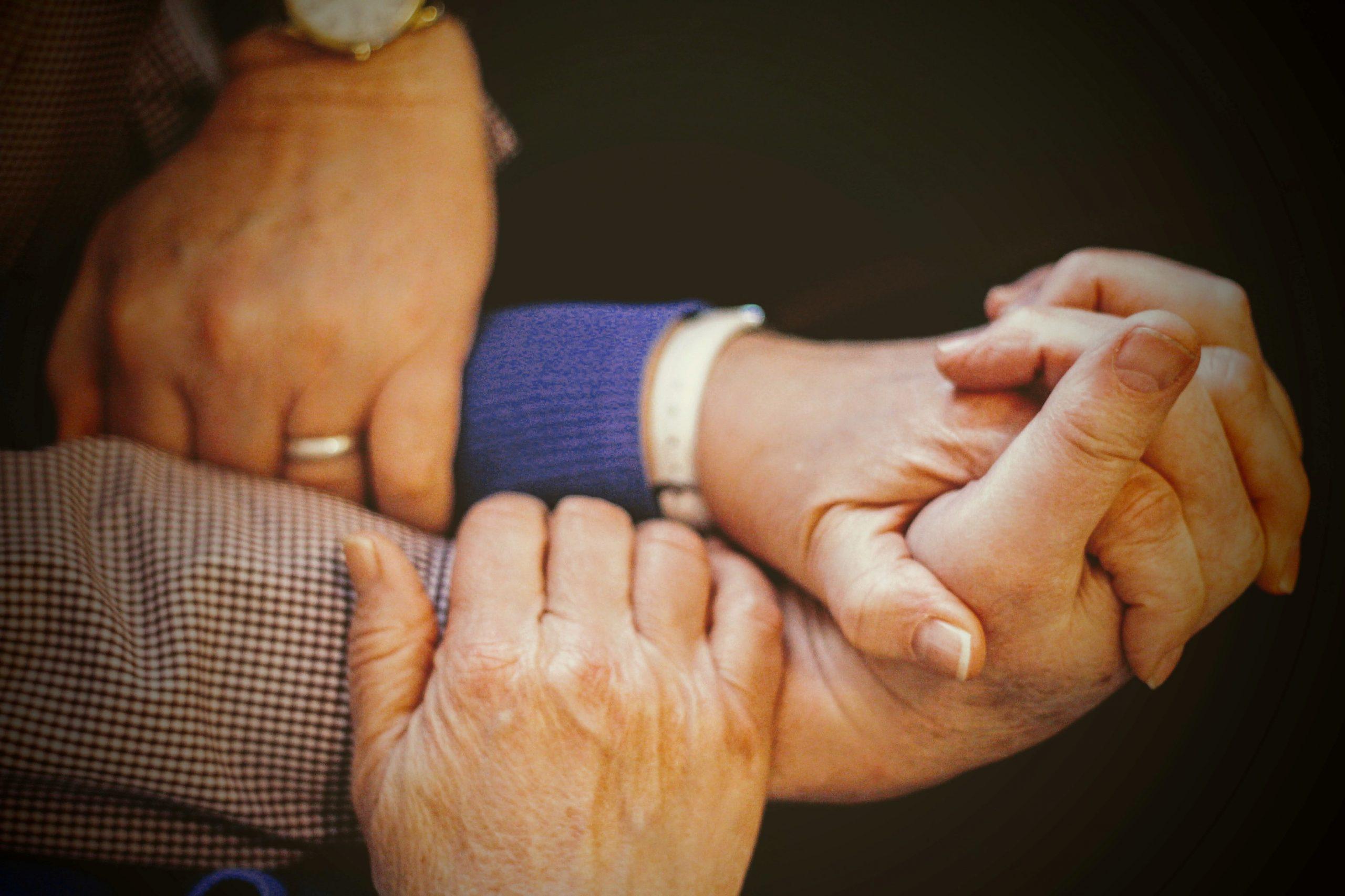 Mani intrecciate per dare supporto